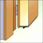 Zugluftstopper Dollex3 mit Bürste unter der Tür zu verschrauben